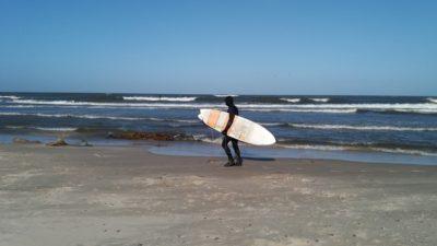 Zimno i wieje. Warunki w sam raz na surfing