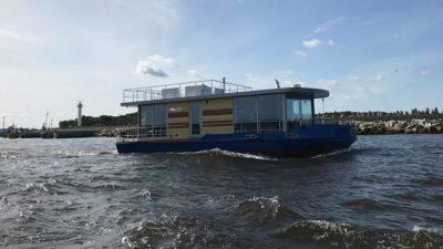 Pływający dom z kołobrzeskiej stoczni o własnych siłach przepłynął rekordowy odcinek
