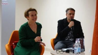 Spotkanie ze znaną pisarką, Elżbietą Cherezińską, w kołobrzeskiej bibliotece