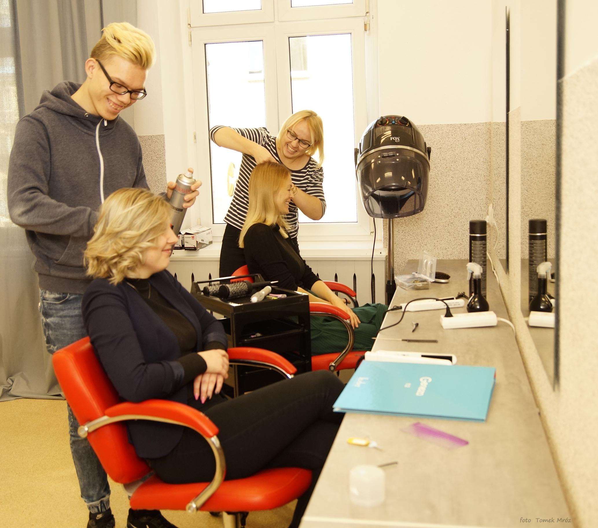 4 1 - Całkiem profesjonalna pracownia fryzjerska w szkole przy ul. Piastowskiej, która powstała z niczego. Uczniom pomogli sponsorzy