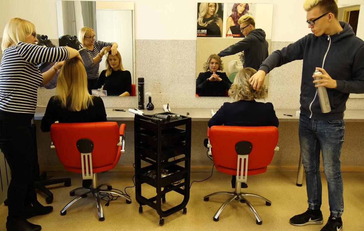 Całkiem profesjonalna pracownia fryzjerska w szkole przy ul. Piastowskiej, która powstała z niczego. Uczniom pomogli sponsorzy