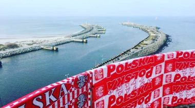 Harcerze zawiesili na latarni morskiej 30-metrowy szalik w narodowych barwach