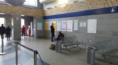 PKP zawiesiło niżej tablice z rozkładem jazdy pociągów. Odczytanie informacji nie sprawia już kłopotu pasażerom