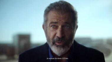 """Świat świętuje z Polską. Aktorzy serialu """"Wikingowie"""" składają życzenia i Mel Gibson w spocie Polskiej Fundacji Narodowej. Zobacz wideo"""