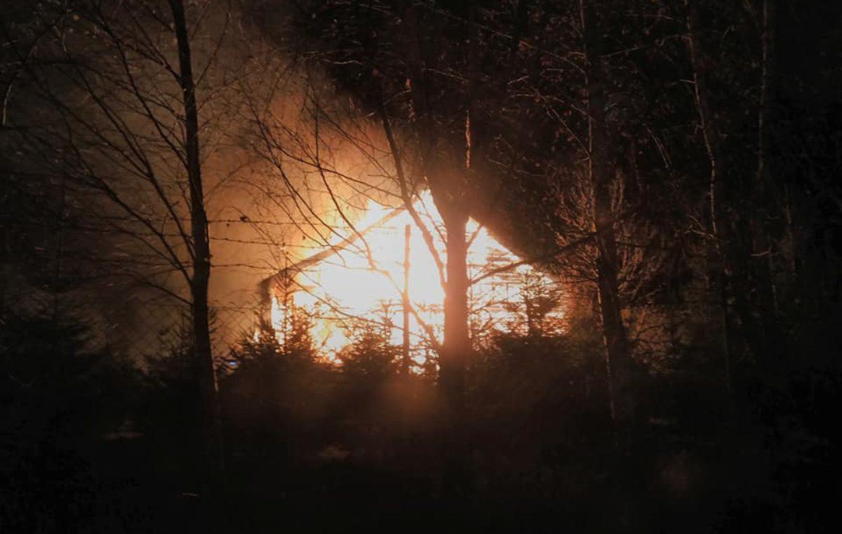 Pożar w Gościnie. Strażakom pracę utrudniał silny wiatr