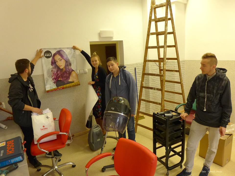 pracownia2 - Całkiem profesjonalna pracownia fryzjerska w szkole przy ul. Piastowskiej, która powstała z niczego. Uczniom pomogli sponsorzy