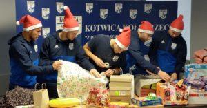 Piłkarska Kotwica przygotowała paczki dla najmłodszych. Dziś trafiły do dzieci (zdjęcia)