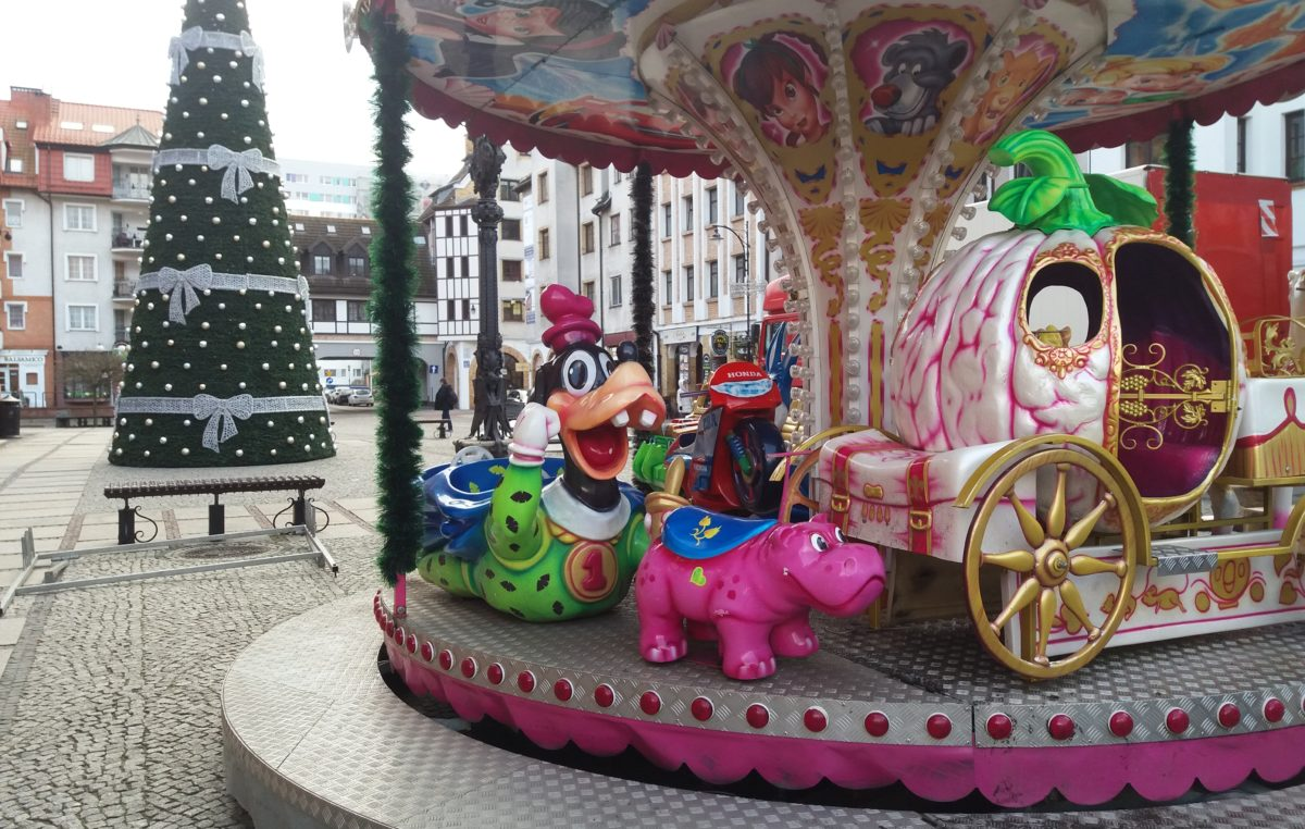 Na placu Ratuszowym jest montowany świąteczny Lunapark. Karuzele i kolejka dla dzieci za darmo