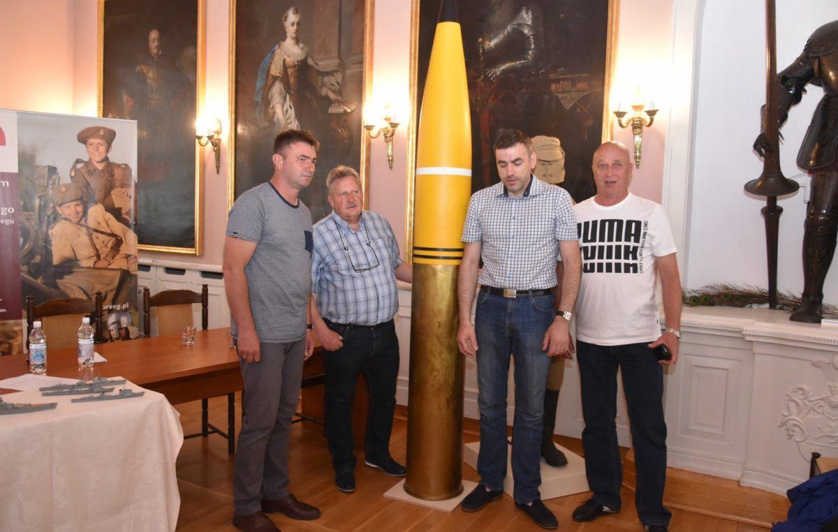 """Amunicja krążownika """"Lützow"""" dotarła do kołobrzeskiego Muzeum"""