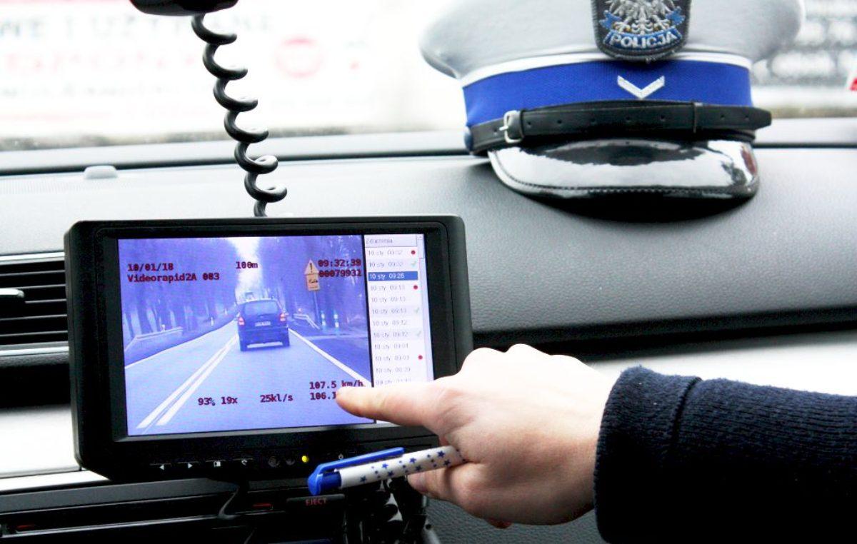 """Policyjna grupa SPEED w akcji. Kierowca białego busa jechał 141 km na godzinę popełniając """"po drodze"""" liczne wykroczenia"""