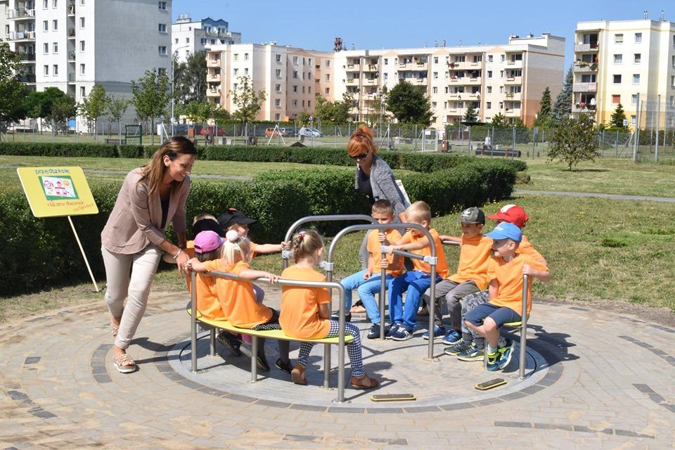 plac z 2 - Pierwsze huśtawki plenerowe dla dzieci z niepełnosprawnościami stanęły na placach zabaw