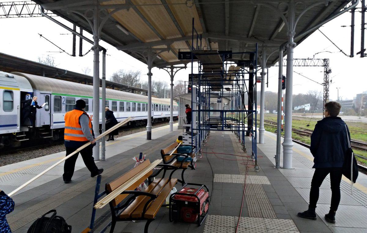 Naprawa zadaszenia nad drugim peronem dworca PKP