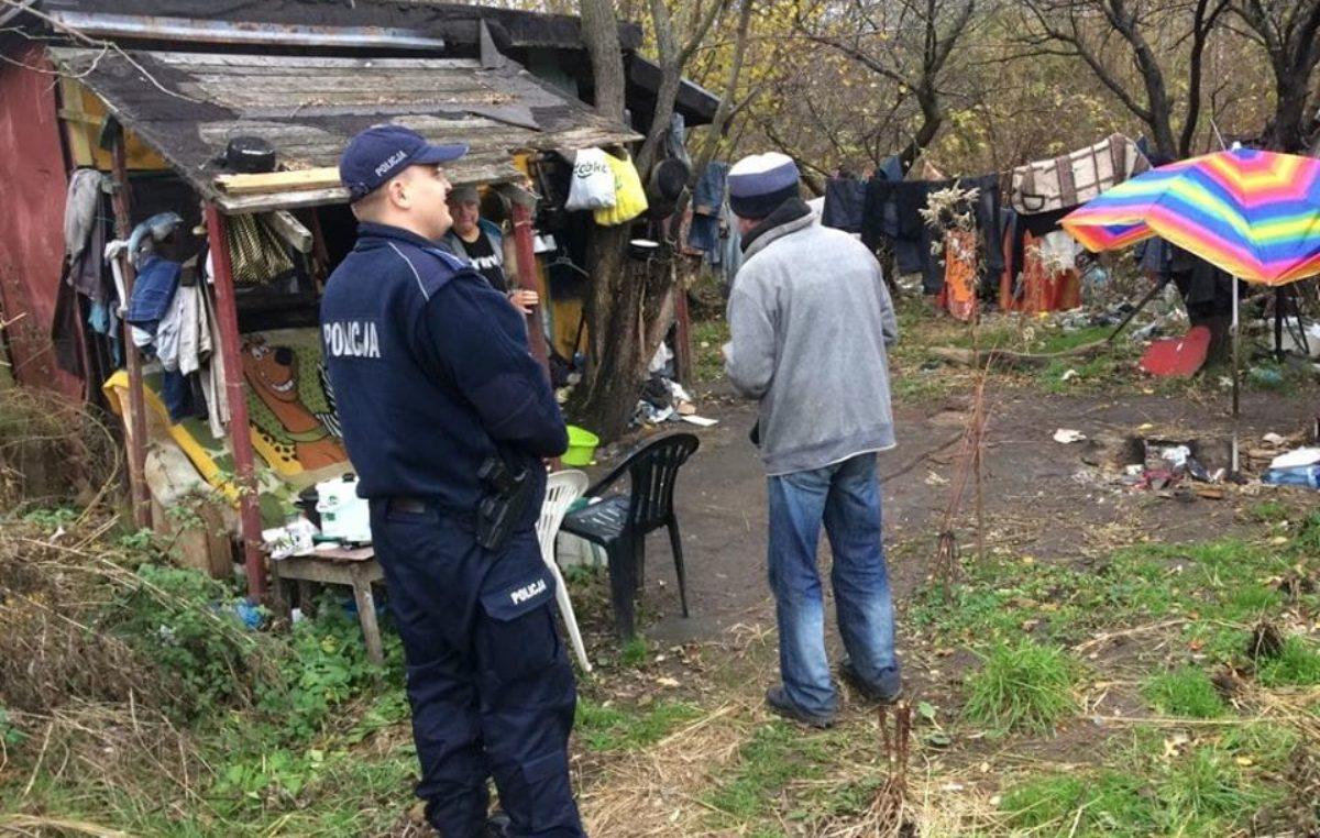 Policjanci odwiedzają miejsca, gdzie koczują bezdomni. Starają się ich nakłonić, by skorzystali z pomocy