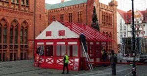 Na placu Ratuszowym powstaje Jarmark Bożonarodzeniowy