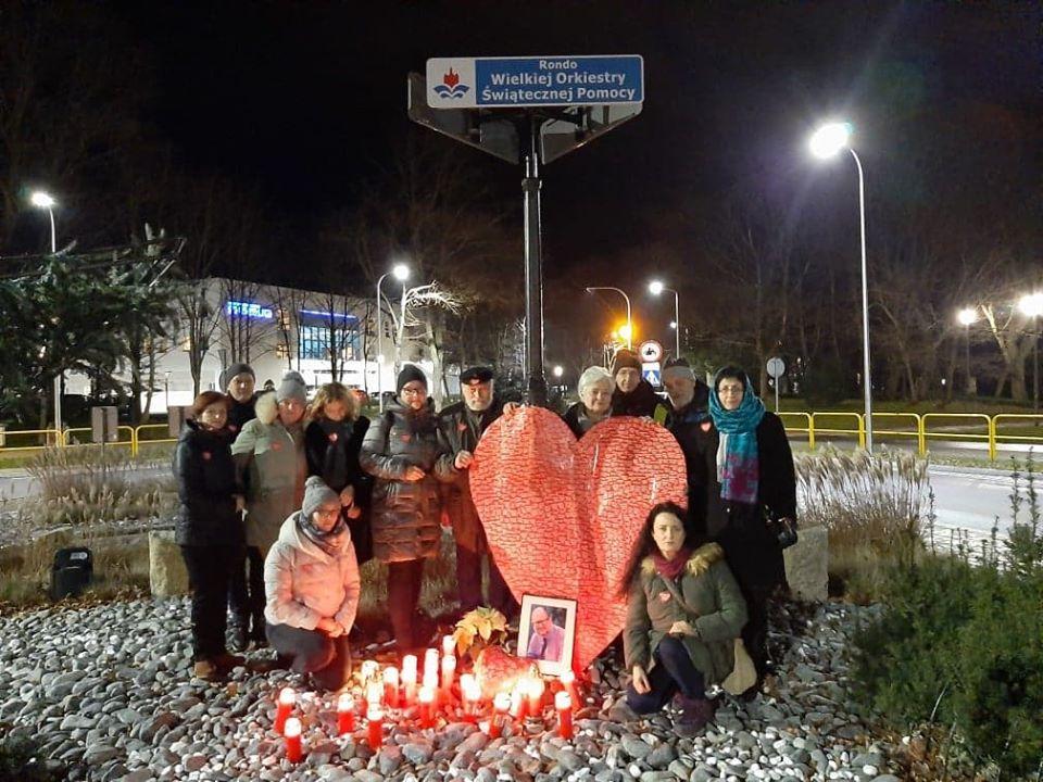 wosp - Grupa wolontariuszy WOŚP uczciła pamięć Pawła Adamowicza