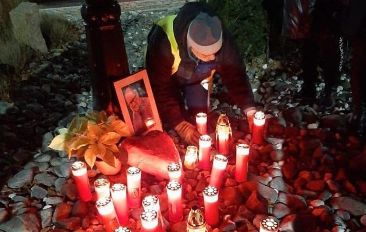 Grupa wolontariuszy WOŚP uczciła pamięć Pawła Adamowicza