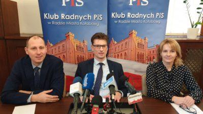 Polityka kadrowa miasta pod ostrzałem radnych PiS. W sprawie śmieci i opłaty uzdrowiskowej deklarują natomiast współpracę (wideo)