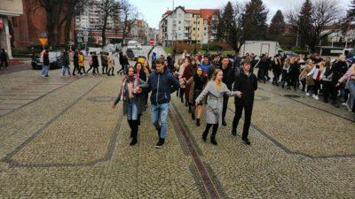 """Okrągły jubileusz """"Sienkiewicza""""! Młodzież zatańczyła na placu Ratuszowym poloneza (wideo)"""