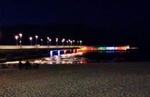 Solidarni z Włochami. Molo podświetlone barwami włoskiej flagi