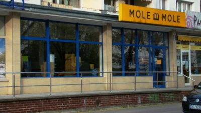 Znika księgarnia przy al. Św. Jana Pawła II. Wszystko spakowane już w kartony czeka na transport
