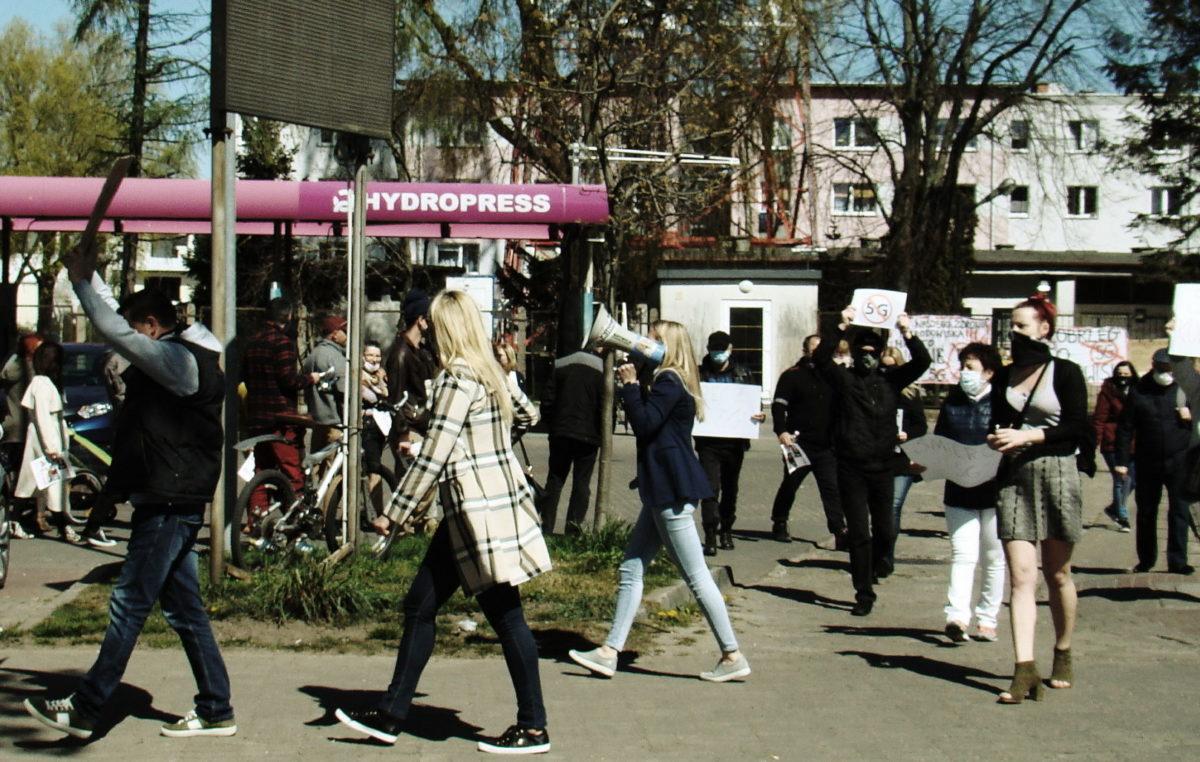 Grupa mieszkańców Kołobrzegu protestowała dziś przeciwko technologii 5G (zdjęcia, wideo)