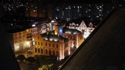 1 grudnia część miast wyłączy oświetlenie na znak sprzeciwu wobec rządowych planów zawetowania unijnego budżetu. Kołobrzeg dołączy?