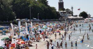 Plażowanie w dobie Covidu. Turyści raczej słuchają poleceń ratowników, choć zdarza się, że obcokrajowcy udają, że nie wiedzą, o co chodzi…