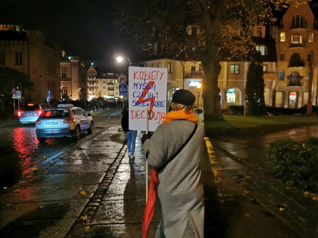 pr1 1024x768 - Kołobrzeg solidarnie z Warszawą. Kolejny marsz przeciwników orzeczenia TK ws. aborcji (ZDJĘCIA, WIDEO)