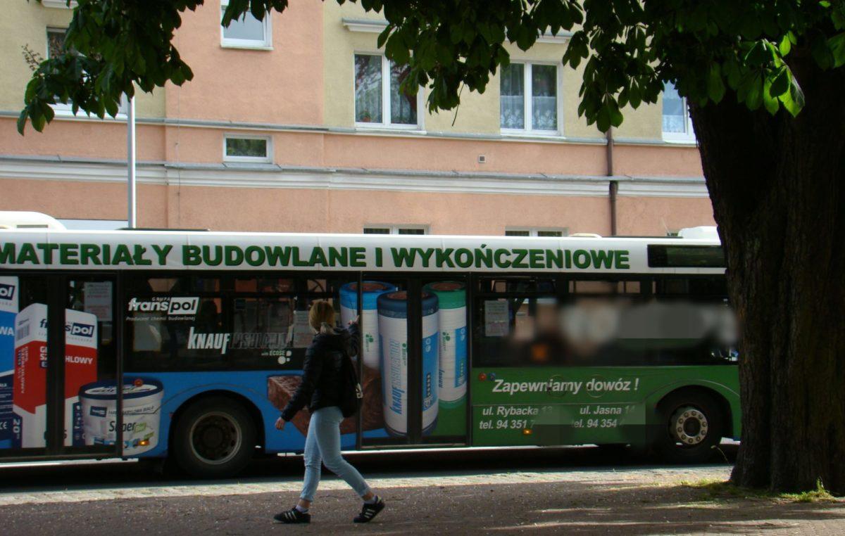Autobusów Komunikacji Miejskiej w sezonie będzie mniej. Nie wszyscy oczekujący na przystanku będą mogli zabrać się naraz