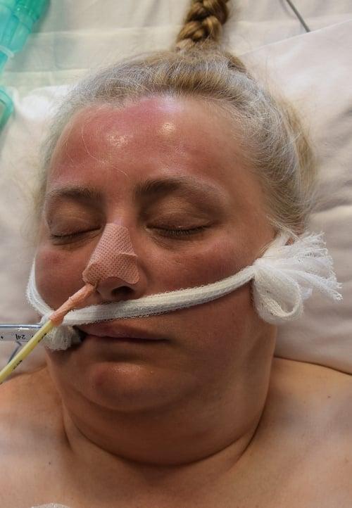 kobieta - Policja prosi o pomoc w ustaleniu tożsamości tej kobiety. Udało się ją uratować przed utonięciem, ale wciąż jest nieprzytomna
