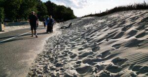 Piasek z plaży nadal zasypuje promenadę. Mur gabionowy ma powstrzymać inwazję plaży