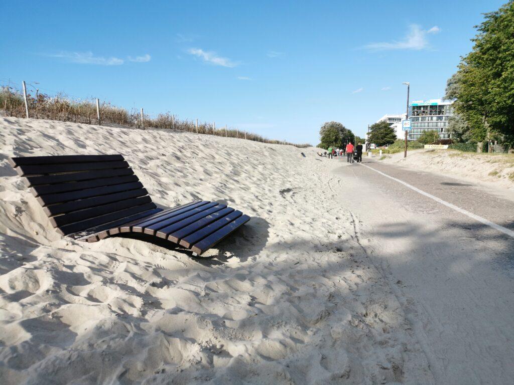 piasek2 1024x768 - Piasek z plaży nadal zasypuje promenadę. Mur gabionowy ma powstrzymać inwazję plaży