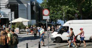 Miasto wymieni zepsute od 1,5 roku słupki blokujące wjazd na deptak przed molo. Są potrzebne, bo wciąż niektórzy kierowcy łamią zakaz wjazdu