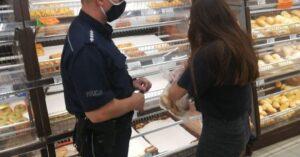 Policjanci i pracownicy sanepidu w kołobrzeskich marketach przypominali o obowiązku noszenia maseczek