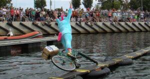Zwariowane zawody: 15 sierpnia kilkudziesięciu śmiałków znowu będzie się starało przejechać rowerem po desce na wodzie