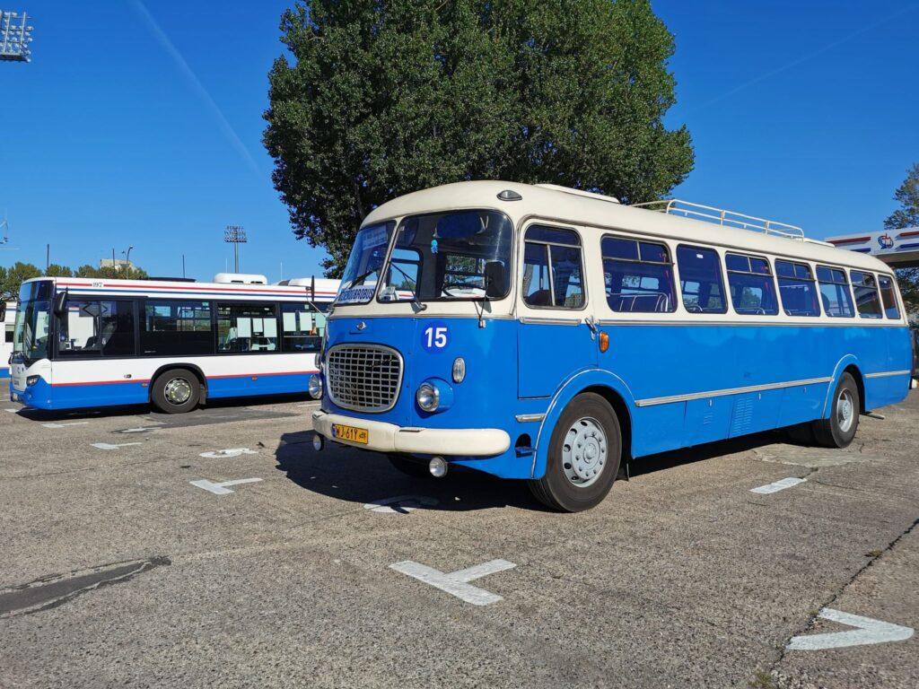 """autobus 1024x768 - """"Ogórek"""" z 1974 r. zaparkował przy ul. Śliwińskiego. Przejazdem czy na dłużej?"""