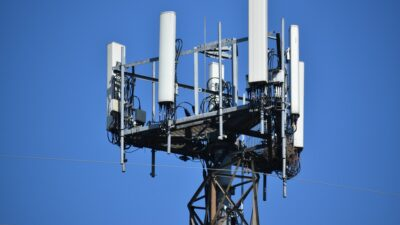 Na trzech blokach mieszkalnych miałyby stanąć nadajniki 5G. Mieszkańcy są przeciw