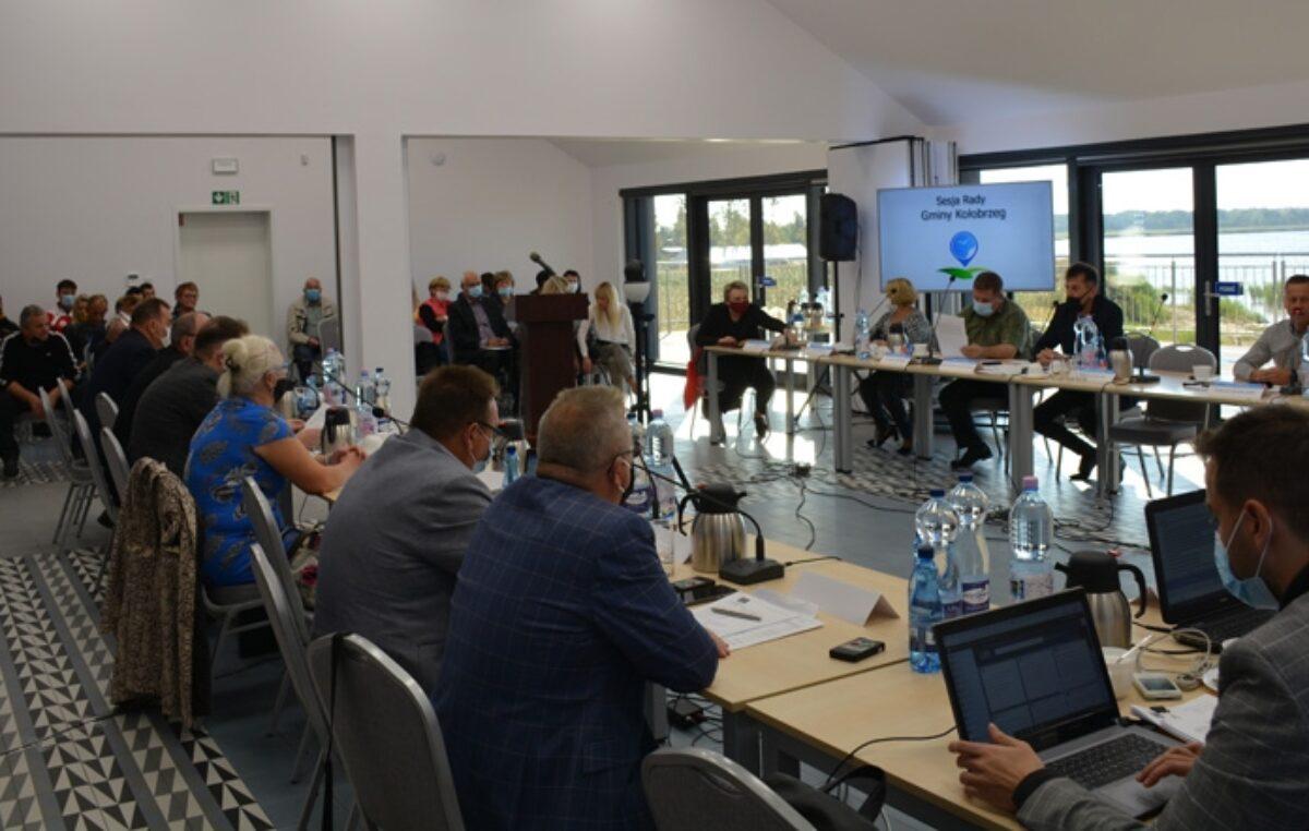 Pierwsza od marca sesja Rady Gminy Kołobrzeg, która nie odbyła się zdalnie. Radni spotkali się w nowm miejscu