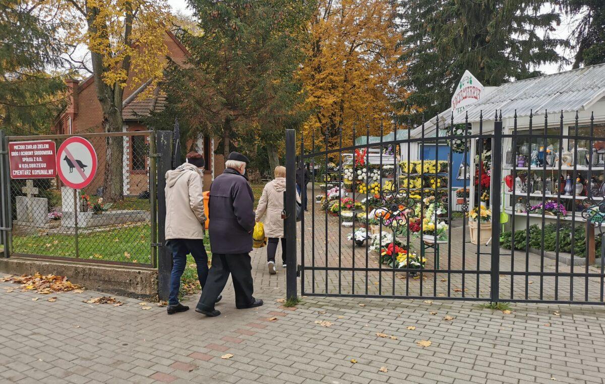"""Cmentarze przez najbliższe trzy dni będą zamknięte. """"Tradycja jest mniej ważna niż życie"""""""