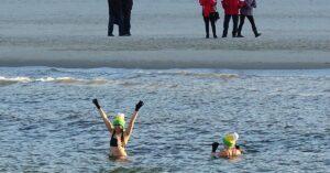 25 października pierwsze w tym sezonie morsowanie. Miłośnicy zimnych kąpieli będą zbierać datki na leczenie Kajtka