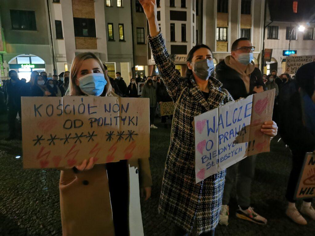 pr3 2 1024x768 - Kołobrzeg solidarnie z Warszawą. Kolejny marsz przeciwników orzeczenia TK ws. aborcji (ZDJĘCIA, WIDEO)