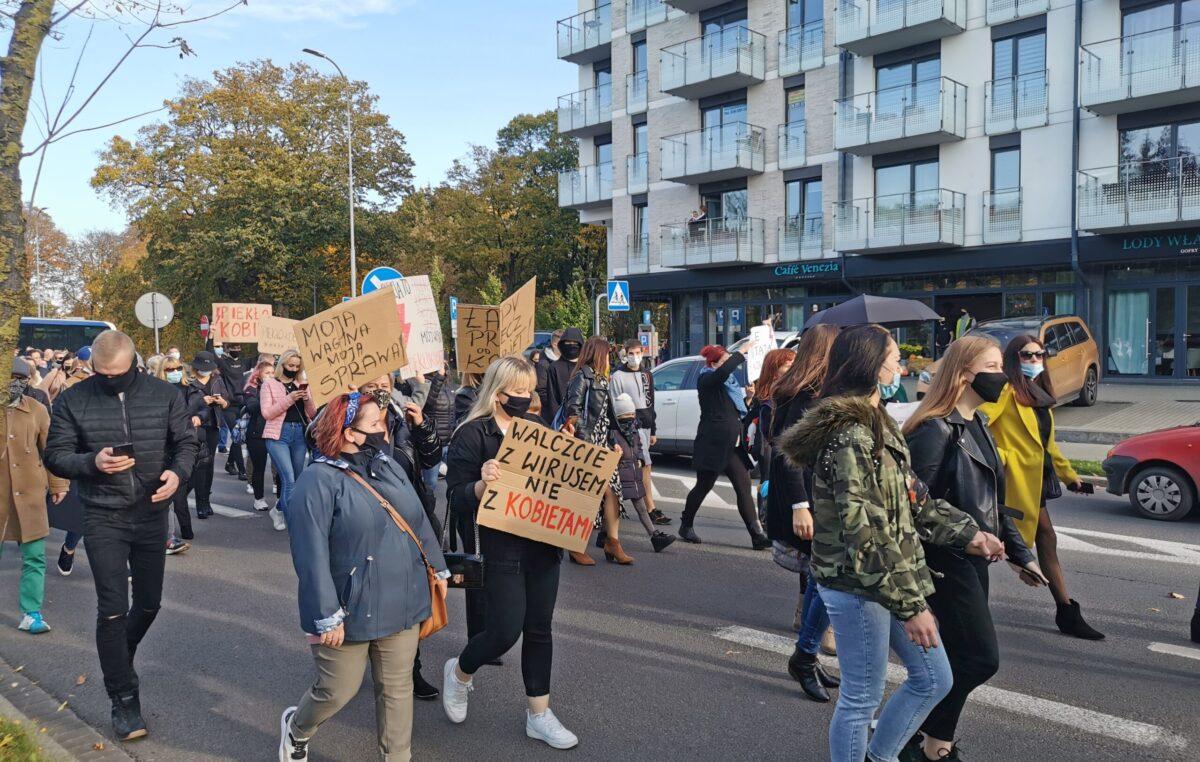 Około 2,5 tys. osób protestowało dziś w Kołobrzegu przeciwko orzeczeniu TK ws. aborcji (ZDJĘCIA, WIDEO)