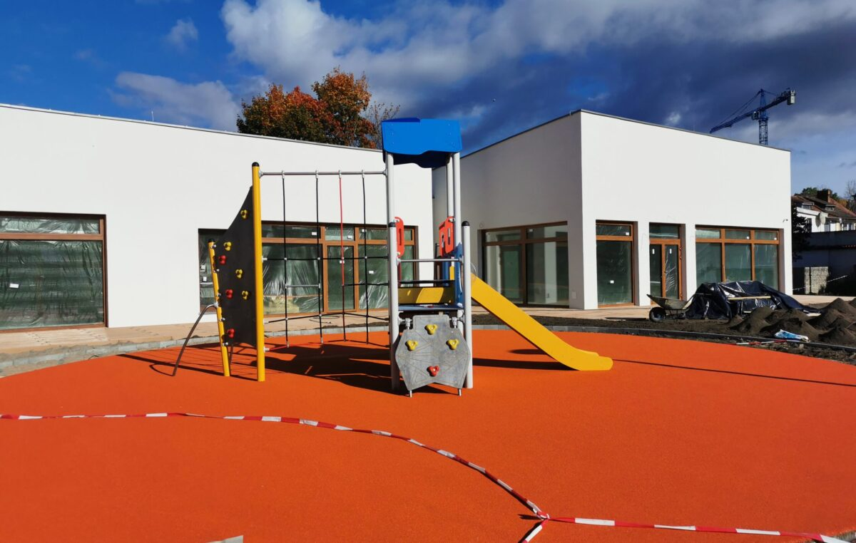 Przedszkole przy Radomskiej będzie gotowe do końca tego roku. Na działce ustawiono już część plenerowych zabawek (ZDJĘCIA)
