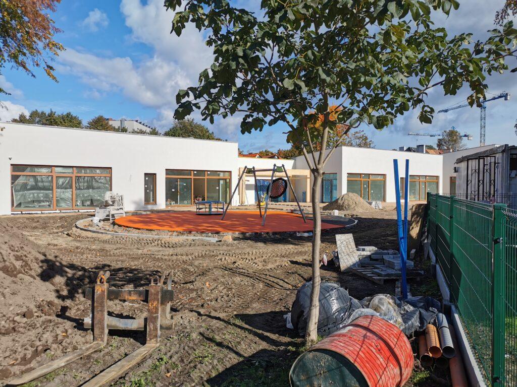 przedszole5 1 1024x768 - Przedszkole przy Radomskiej będzie gotowe do końca tego roku. Na działce ustawiono już część plenerowych zabawek (ZDJĘCIA)