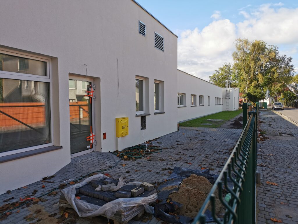 przedszole5 2 1024x768 - Przedszkole przy Radomskiej będzie gotowe do końca tego roku. Na działce ustawiono już część plenerowych zabawek (ZDJĘCIA)
