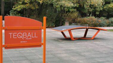 Stół do Teqball'a stoi już przy ul. Obrońców Westerplatte. Jak w to się gra?