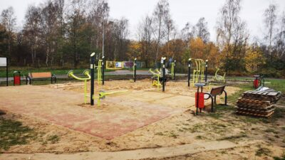 Przy ul. Brzeskiej powstaje plenerowa siłownia fitness