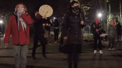 """Happening pod rzeźbą Aliny Ślesińskiej """"Macierzyństwo"""". Protestujący nagrali pieśń """"Twoja władza"""" Chóru Czarownic"""