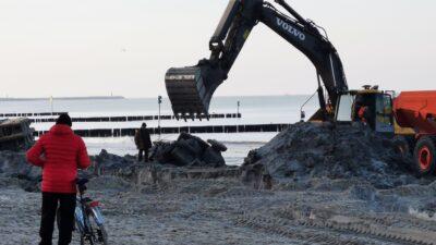 Z plaży usuwane są stare elementy umocnień brzegowych