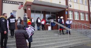 Milczący protest pod Sądem Rejonowym w Kołobrzegu
